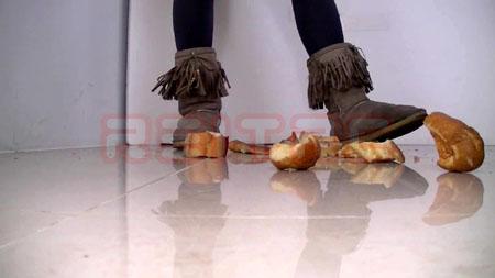 ムートンブーツでパン踏み潰し
