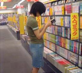 【動画】女の子立ち読み中を逆さ撮り黒髪半袖スカート可愛いパンチュ rere 03