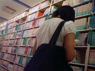 【ロリ動画】私服姿の女の子立ち読み中を逆さ撮り rere 01