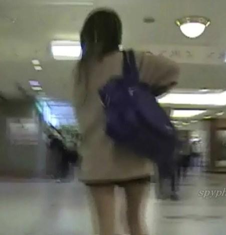 歩ってて見えちゃってますw制服激ミニルーズギャル【動画】SPY 01