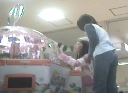 ゲームセンターで遊ぶ女の子脚を思いっきり開いてくれました【パンチラ動画】花色木綿 09~11と101セット販売