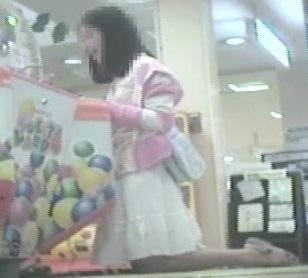 ゲームセンターで遊ぶ女の子脚を思いっきり開いてくれました【パンチラ動画】花色木綿 05~09と01~03セット販売