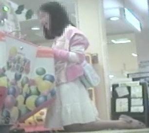 ゲームセンターで遊ぶ女の子脚を思いっきり開いてくれました【パンチラ動画】花色木綿 4作品セット販売 09 02 11 15