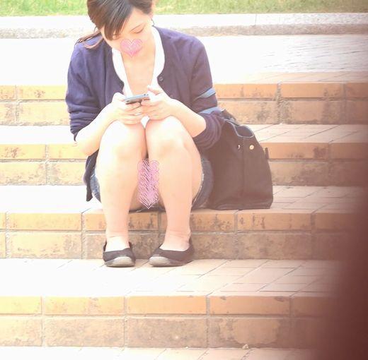 【パンチラ】お昼休み休憩中の学生さん⑭