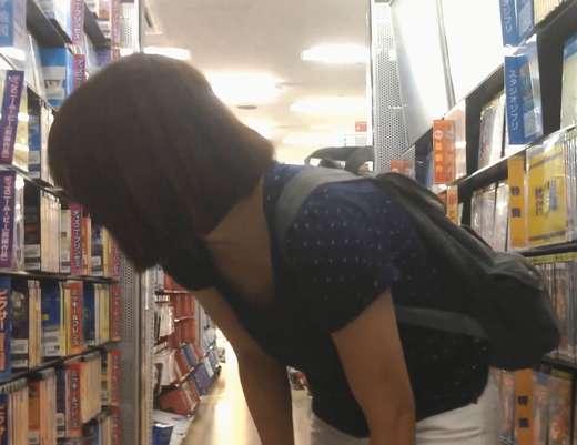 【胸チラ】若いママさん� DVD選びに必死でおっぱい見えてますよ!