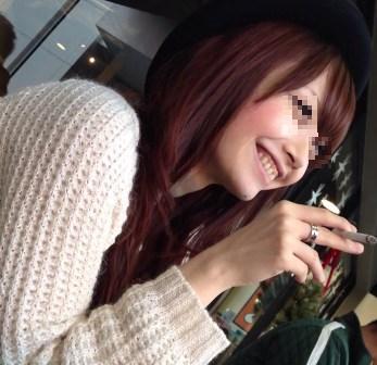 【眞鍋か○り似美女】美人な顔でタバコ吹かせて色気を見せる女