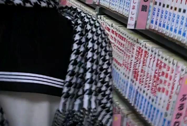 可愛い水玉模様のパンチュ女の子を逆さ撮り【ロリ動画】23