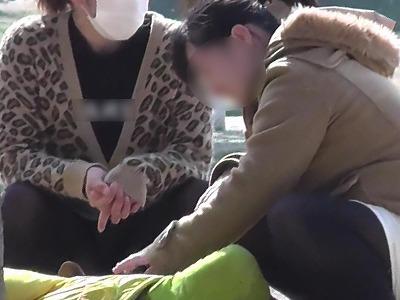 【公園シリーズ007】 ダブル公園ママのぱっかり開いた黒タイツ脚
