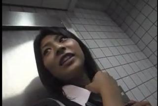 【個人撮影】トイレでJKにフェラ口内発射