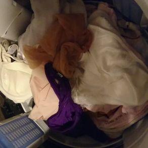 【盗撮】友人の美人奥さん(40代熟女)の洗濯機の中(服・下着・染みパン)をチェック