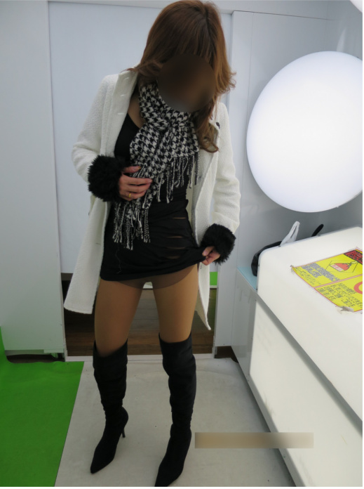 Wife 32-year-old Brown pantyhose, knee high boots, Petit exposed