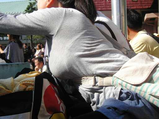 めがね巨乳ママさんはタスキに食い込む巨乳をゆっさゆっさ揺らせて運動会の応援に夢中