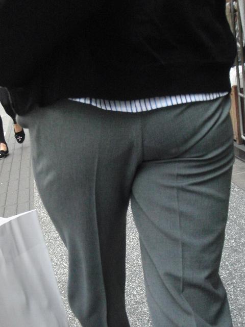 グレーのパンツにしっかりクロッチ