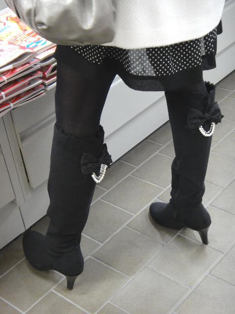 タイツとロングブーツで蒸れる脚