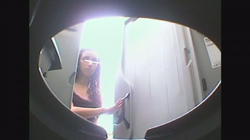【トイレ盗撮】あの大人気歌姫似のUSA素人マンコから滴る聖水を鮮明に撮影成功!