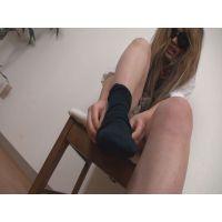 17才 靴下の脱ぎ履きをする少女