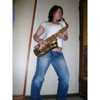 トランペットを奏でる女の足裏