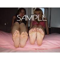 女性同士の足の舐めあい
