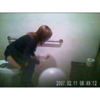 【覗き動画】カフェトイレで女の子の排尿シーンを覗き見・・・