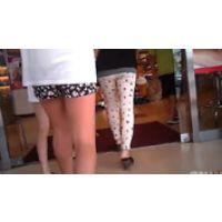 【覗き動画】ショートパンツから伸びた太股を追いかけちゃった・・・
