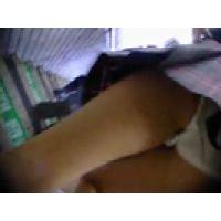 【覗き動画】電車に乗ろうとしてる女子○生のパンチラを・・・