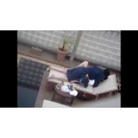 【覗き動画】ホテルの窓から下を覗いたら・・・エッチしてるカップルが。