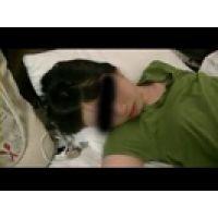【覗き動画】イビキをかいて爆睡中の女の子に悪戯しちゃう・・・