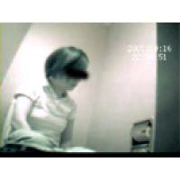【覗き動画】公衆トイレで隠し撮り・・・陰毛も露わに。