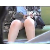 【覗き動画】電車内で、対面に座る娘の股間を覗き見しちゃう・・・