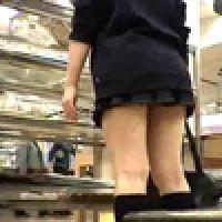 パンチラ!【覗き動画】ショッピング中の女子の股間にズ〜ム・イン!・・・vol.1