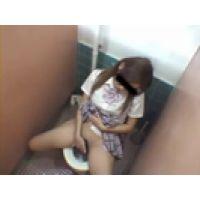 【覗き動画】トイレでオナする女の子が・・・大噴出しちゃう