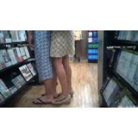 レンタル店で、カップルの女の子のスカートを覗き見た