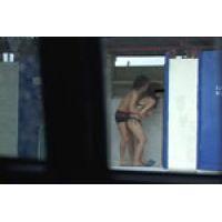 【覗き動画】雨のビーチの更衣室で、エッチを始めちゃうカップル・・・