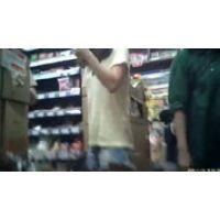 リカーショップで買い物中の女性を隠し撮りしちゃう
