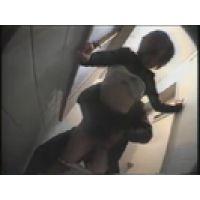 【覗き動画】トイレを覗き見してたら、カップルがエッチを・・・