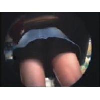 【覗き動画】電車のパンチラ女の子・・・スカートの中を隠し撮り。