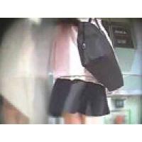 【覗き動画】風の悪戯で、スカートの中のパンティが・・・