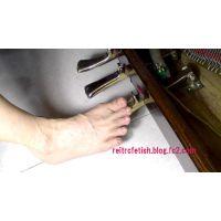 素足でピアノペダル踏み#31