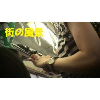 HD盗撮風[オリジナル]電車の色白スリム美人なお姉さんの腕を見ます(ワキ周辺)?-1