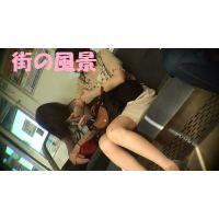 HD盗撮風[オリジナル]電車の脚が綺麗な色白お姉さん