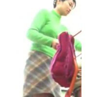 パンチュの食い込みに興奮!緑の服にスカートハイソックス【高画質パンチラ動画】603