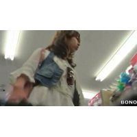 女子大生私服姿ヒラヒラのミニスカートお店をブラブラ【高画質パンチラ動画】1006