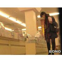 (再販売)本を選ぶのに夢中の食い込みエロ尻女子大生を追跡!【高画質パンチラ動画】003