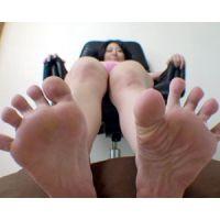《足フェチ》かわいらしいお姉さんのちっちゃな足を悪戯