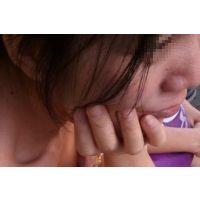 お姉さんのブラチラ(乳首チラ)029