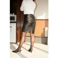 Y01Mature woman leather skir