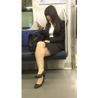 就活中のリクルートスーツ姿で脚を組む美人女子大生(其の一)