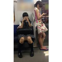 電車内のツインテールが可愛い優等生風の黒髪JKとサンダル姿の生脚女子大生(其の三)