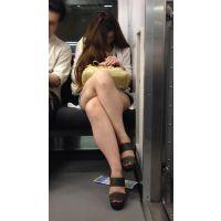 酔っぱらって爆睡するナマ脚全開のエロギャルを至近距離から大量撮影(其の四)