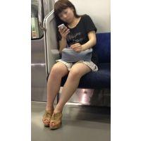 電車内のミニスカを穿いた色白生脚女子大生(前編)